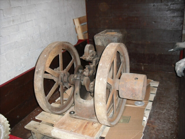 Ottawa 2.5 HP open crank stationary engine - 01